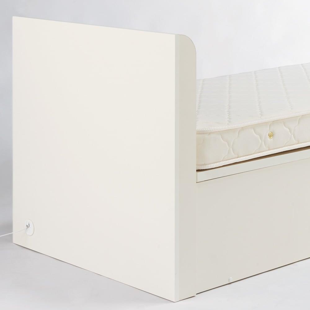 ガス圧横開きベッド(国産ポケットコイルマットレス付き) ヘッドボードの背面はきれいな化粧間仕切り仕上げ。