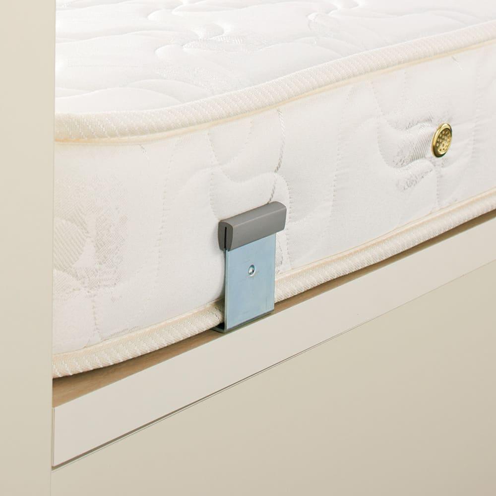 ガス圧横開きベッド(国産ポケットコイルマットレス付き) マットレスのずれ防止金具付きで、開閉時にマットレスが落ちません。