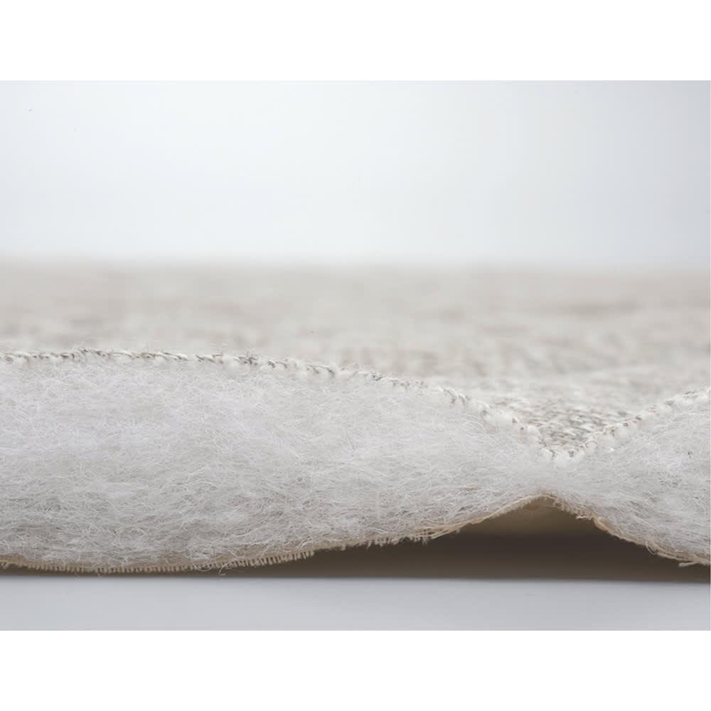 洗えるメランジキルトラグ [断面アップ](ア)グレージュ ふわふわの中わたをたっぷり入れた、ソフトでボリューム感のあるキルト素材。