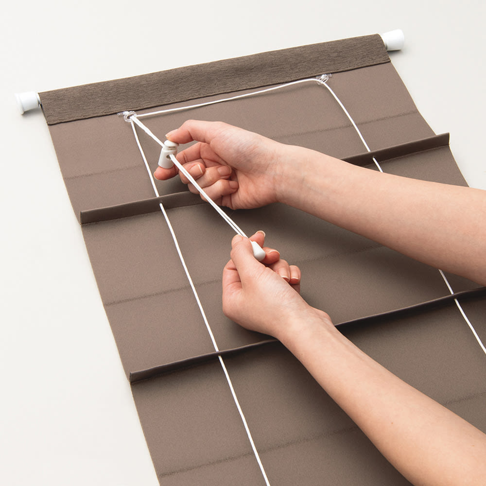取り付け簡単!遮光・防炎小窓用シェード 裏面上部のストッパーで丈を調節します。