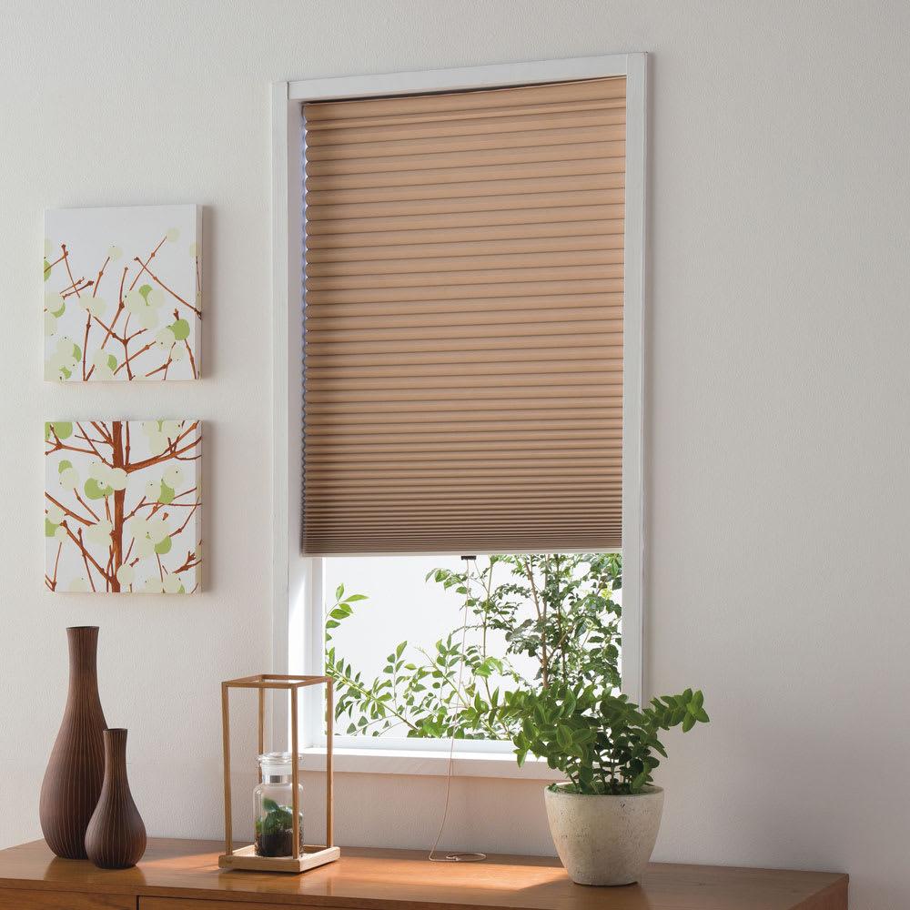 遮光・遮熱ハニカム構造の小窓用シェード(つっぱりポール付き) リビングや玄関にも。 (ウ)ライトブラウン