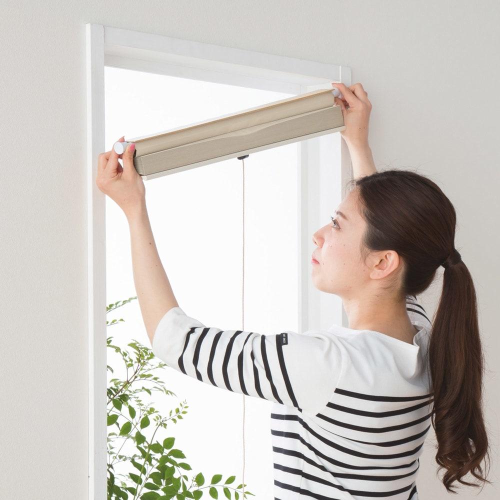 遮光・遮熱ハニカム構造の小窓用シェード(つっぱりポール付き) 付属のつっぱりポールで簡単セッティング。クギやネジを使わないので窓枠を痛めません