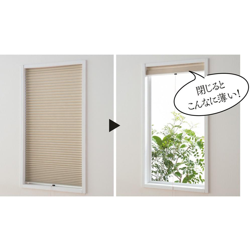 遮光・遮熱ハニカム構造の小窓用シェード(つっぱりポール付き) ソフトな素材なので、薄くすっきり折りたためます。