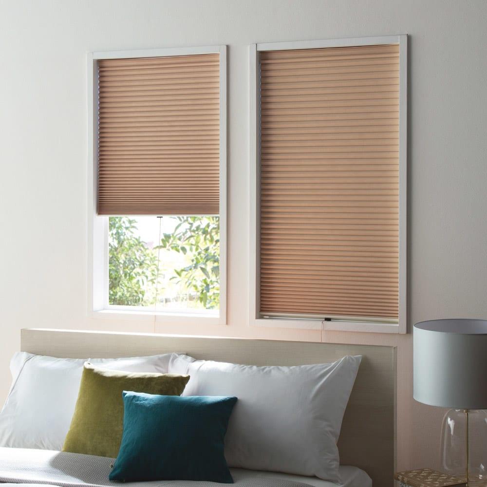 遮光・遮熱ハニカム構造の小窓用シェード(つっぱりポール付き) (ウ)ライトブラウン