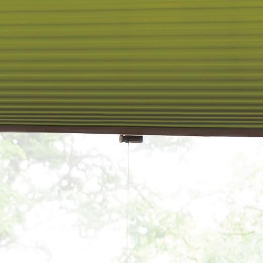 ハニカム構造の小窓用シェード(つっぱりポール付き) 上げ下げは昇降ヒモで。