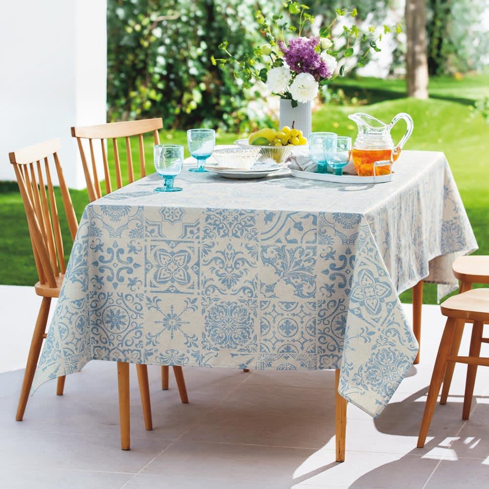 スペイン製はっ水テーブルクロス〈テスタ〉 円形・径約150cm [使用イメージ] (ア)ブルー ※お届けは円形・径約150cmタイプになります。