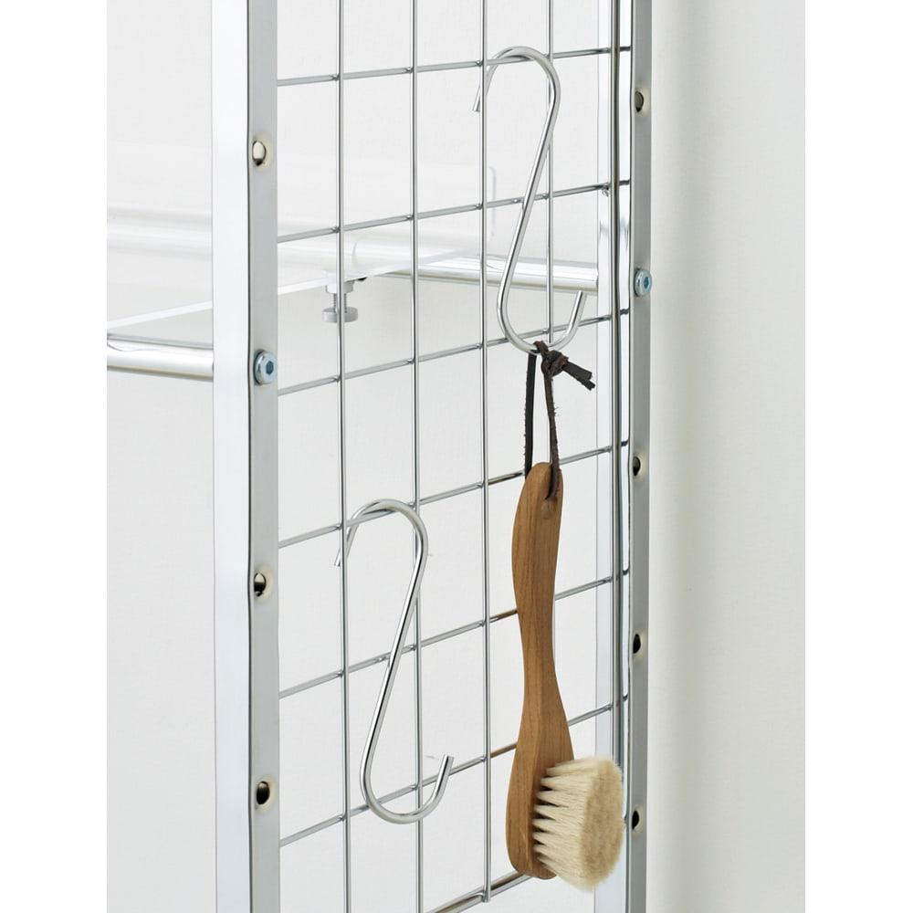 まるでホテル 透き通る棚板のスタイリッシュランドリーラック 棚2段・バスケット2個 サイドネットに掛けられるS字フック2個付き。ブラシや洗面所の小物などを掛けるのに便利です。