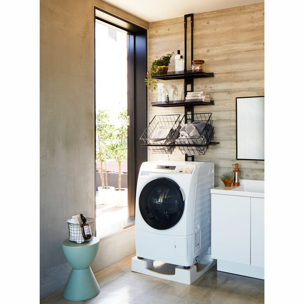 1本脚ですっきり置けるモダンランドリーラック 棚3段 幅60cm 奥行31cm 色見本(ア)ブラック 洗濯機奥への設置例。 ※写真は棚2段バスケット2個タイプです。