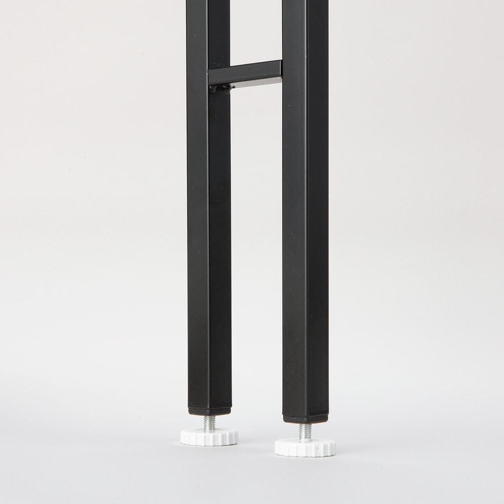 1本脚ですっきり置けるモダンランドリーラック 棚3段 幅60cm 奥行31cm 脚部の形状。12cm×5cmのスペースがあれば設置可能。 わずかなすき間に取り付けられます。