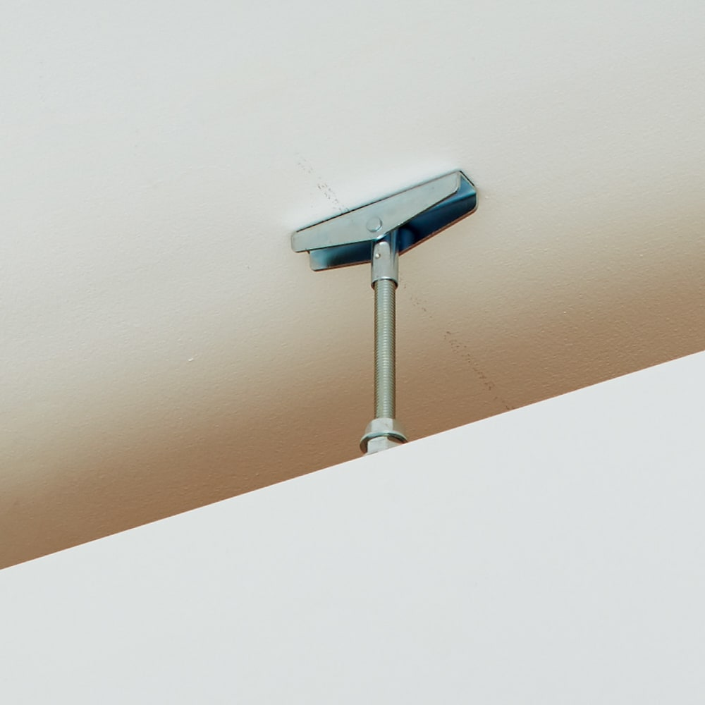 脱衣カゴが隠せるランドリーラック 幅70cm 突っ張り式で天井にしっかり固定できます。(芯のあるところに突っ張ってください)