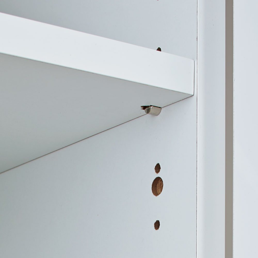 脱衣カゴが隠せるランドリーラック 幅70cm 扉内の棚は3cm間隔・12段階で可動します。