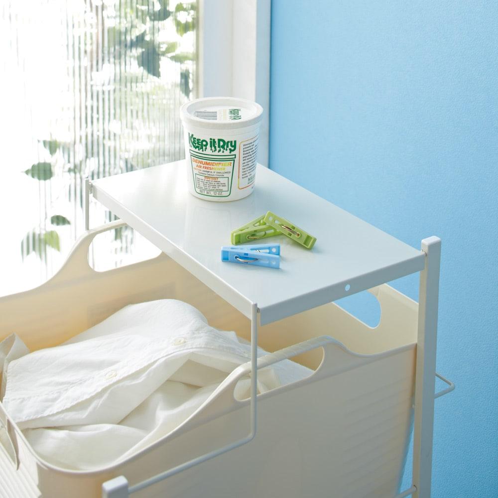 洗濯物の仕分けに便利 大きなバスケットのランドリーワゴン 3段 天板は洗濯機まわりの小物を置くのに便利です。