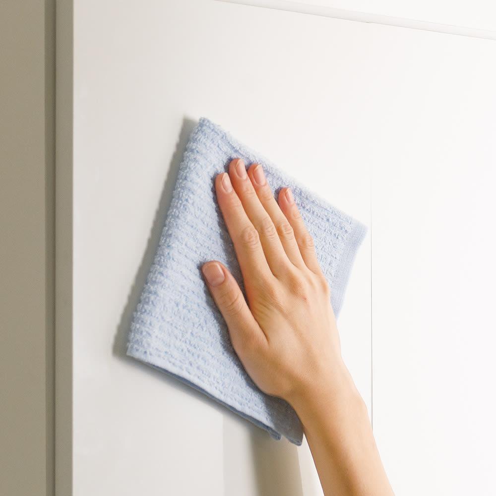 光沢仕上げ洗濯機上吊り戸棚 横型 幅59.5cm 前面は光沢仕上げで水ハネや汚れに強くお手入れが簡単です。