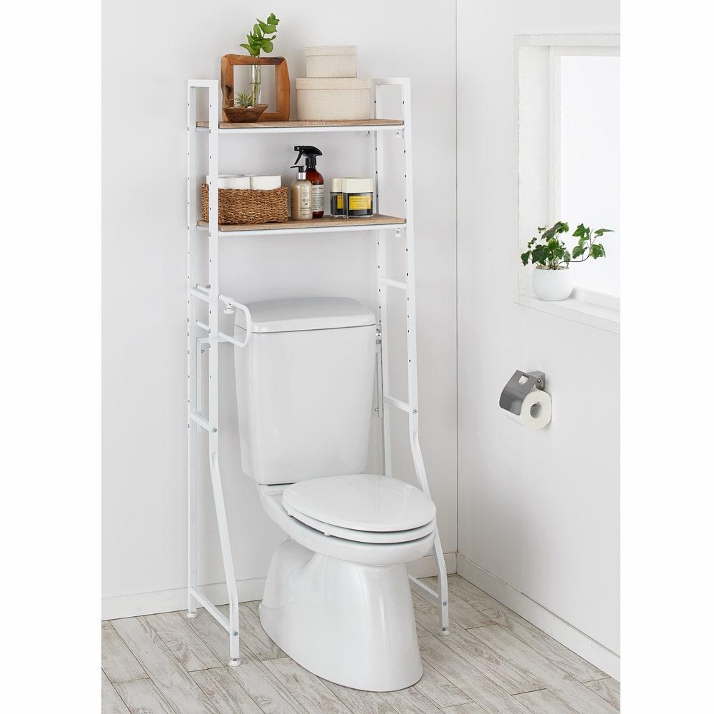 ブルックリン風トイレラック 棚3段 色見本(イ)ホワイト 薄型で圧迫感がなく、幅伸縮でご自宅のトイレにぴったり設置できます。 ※写真は棚2段タイプ、幅62cmの状態です。