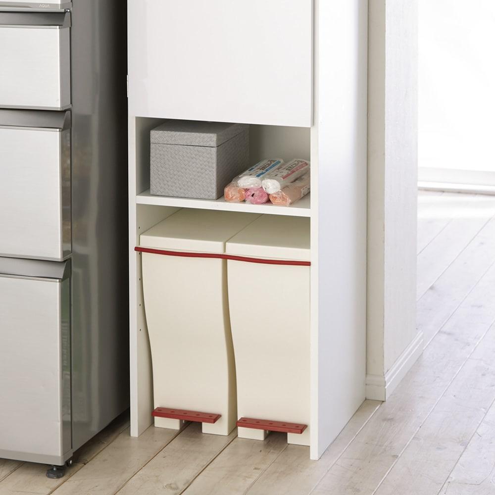 ゴミ箱上を活用できる下段オープンすき間収納庫 幅45cm 下段スペースは使い道いろいろ。ゴミ箱、段ボール、飲料ケース、脚立など、重いものやキャスター付きのボックスなども床置きできます。