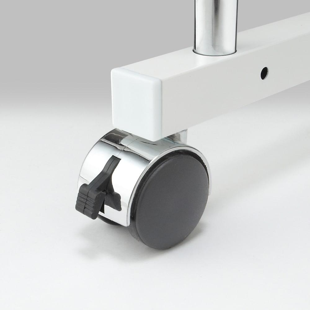 幅と高さが伸縮するキッチンラック 3段 キャスターは便利なストッパー機能付き。