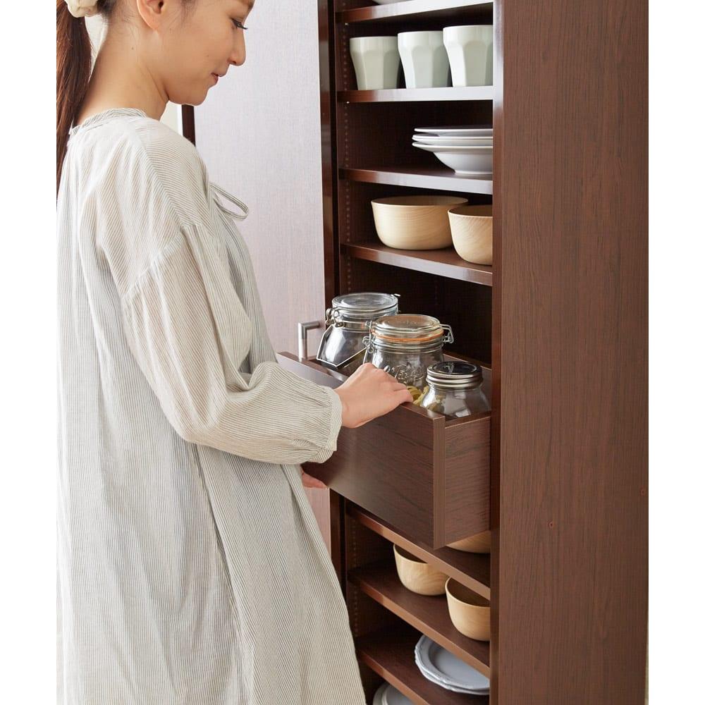 出し入れラクラク 引き戸の食器棚 幅60cm・奥行39cm トレーは取り出しやすい腰の高さに設定しています。