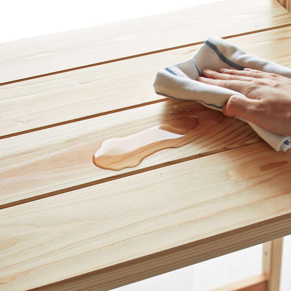 収納力たっぷり! 国産杉の頑丈キッチンラックシリーズ レンジラック5段 幅81cm 【水や汚れの浸透を軽減するクリアなウレタン塗装】キッチンで気になる水ハネや汚れの浸透を軽減するウレタン塗装仕上げ。空間にぬくもりを与える国産杉ならではの風合いと、汚れてもラクにお手入れできる日々の使いやすさを両立させました。