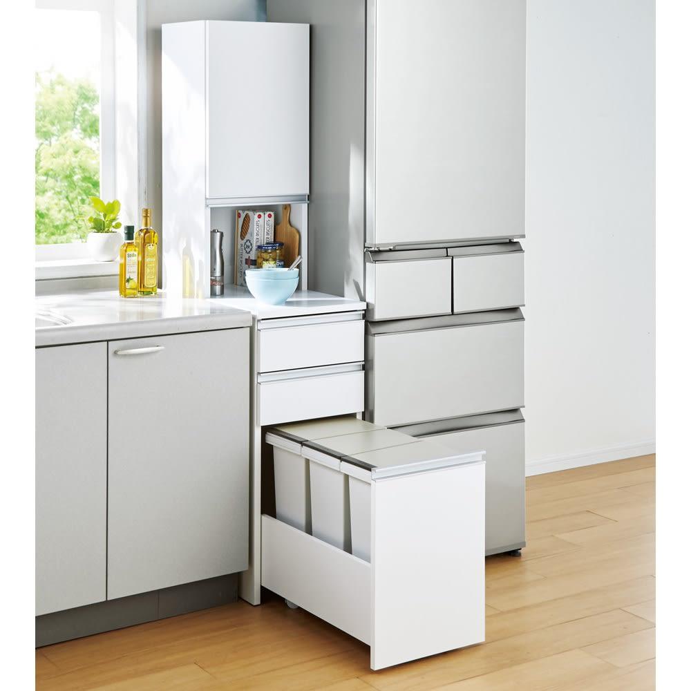 分別ごみ箱付きすき間収納庫 3分別 ハイタイプ コーディネート例(ア)ホワイト キッチンのすきまにピッタリ収まります!
