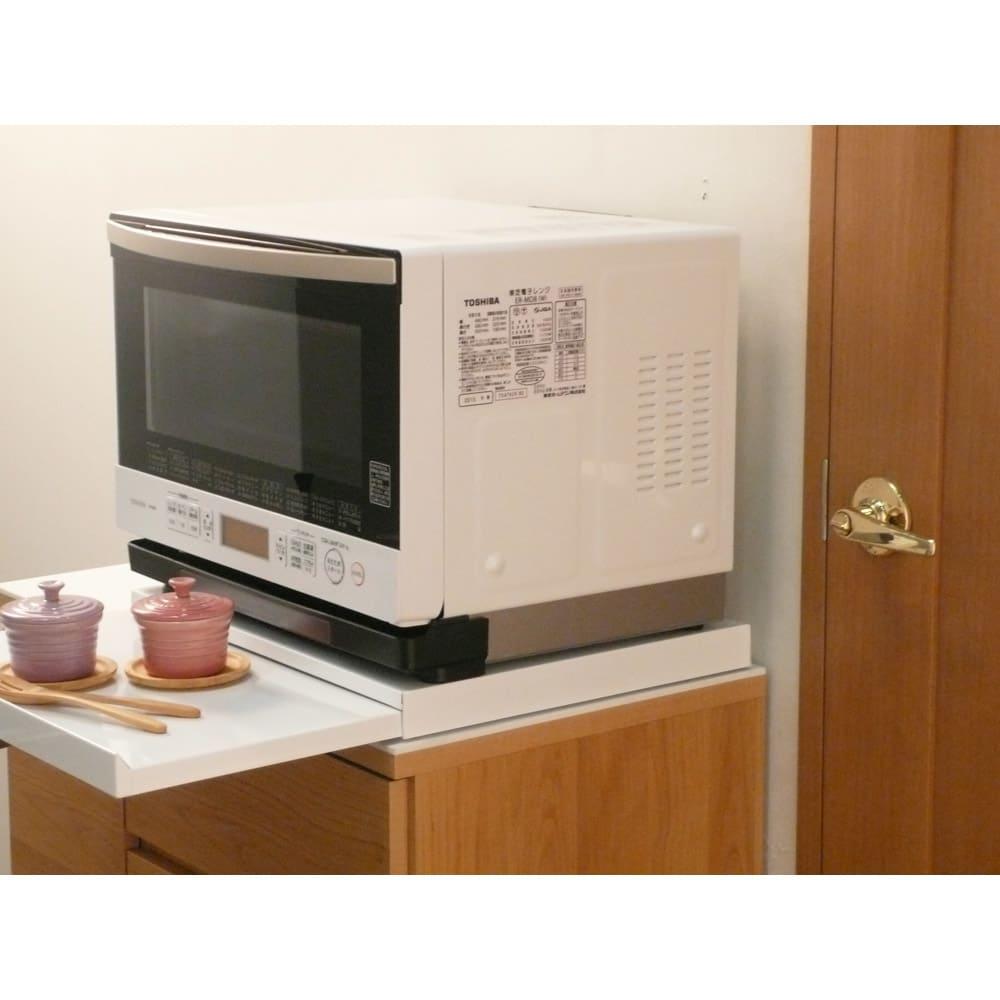 家電周りでの調理をサポートするレンジ下スライドテーブル 幅45高さ4.5cm 家電の下に便利なちょっと置きスペースがつくれる収納アイデア商品です。