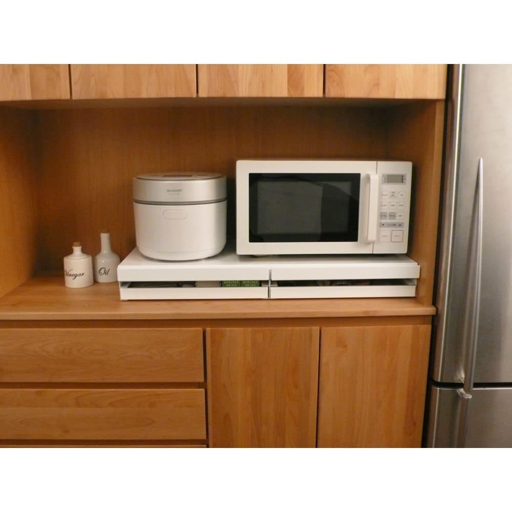 家電周りでの調理をサポートするレンジ下スライドテーブル 引き出し付き 幅45高さ10cm 家電の下に便利なちょっと置きスペースがつくれる収納アイデア商品です。※こちらの画像は幅80cmタイプです。