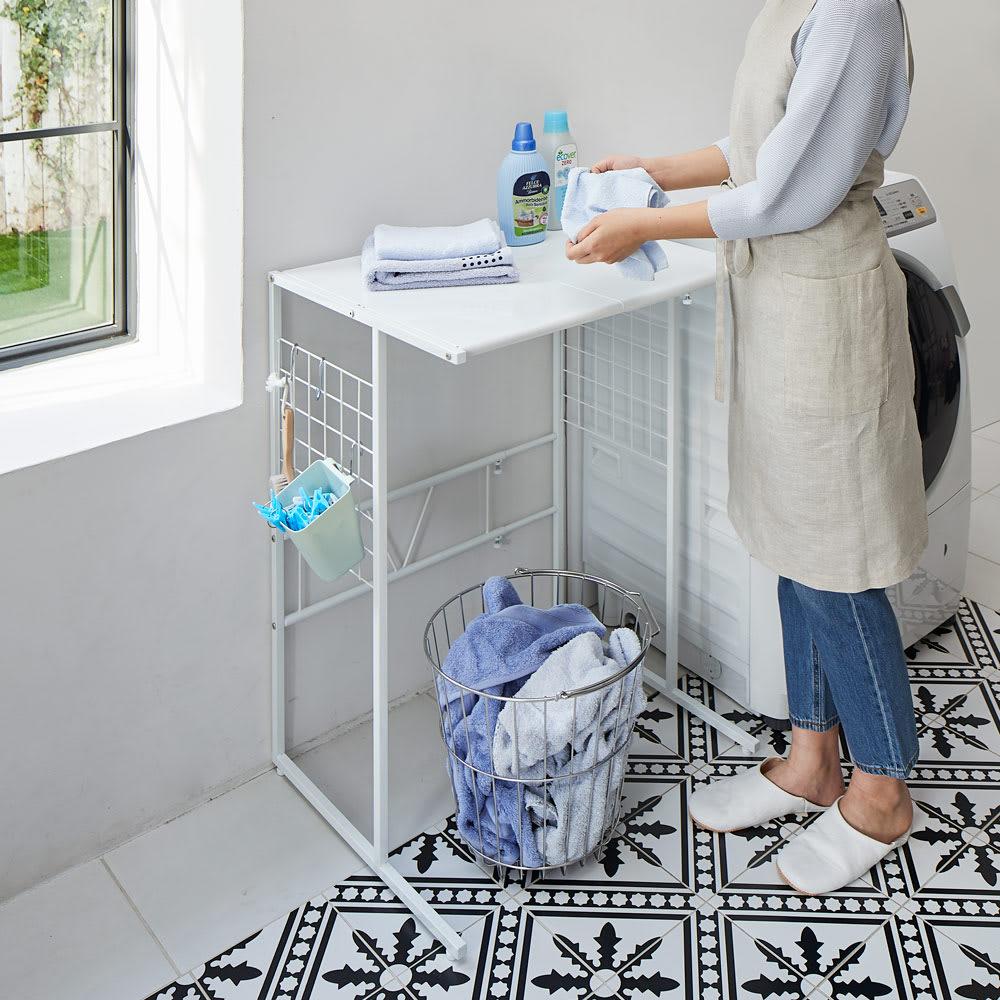 幅が伸縮するキッチン作業台ラック 奥行55cm 幅30cm~50cm 使用イメージ 洗濯物の仕分け作業などに。サニタリーでも活躍。 ※写真はワイドタイプ奥行55cmです。お届けはラックのみです。