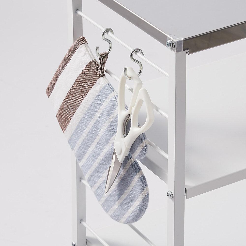 ステンレス天板頑丈キッチンワゴン 幅45cm S字フック付き。キッチンばさみやミトンなどが掛けられます。