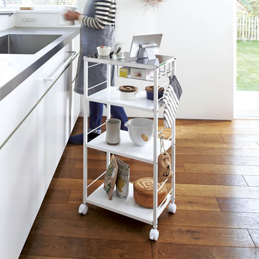 ステンレス天板頑丈キッチンワゴン 幅45cm 調理中にそばに置いて、レシピを確認したり、盛り付けの際の作業台にしたりと便利に使えます。