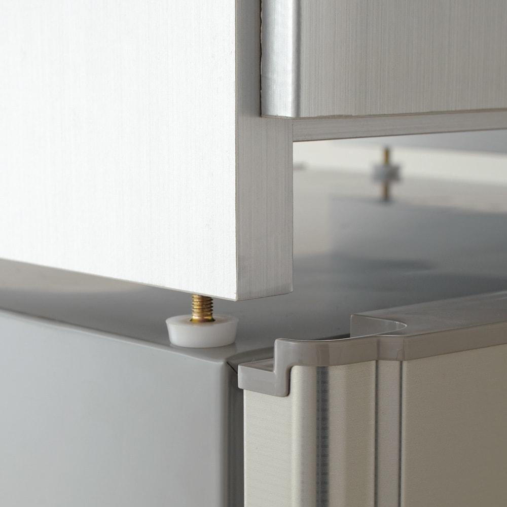 光沢仕上げ冷蔵庫上置き 奥行55高さ45.5cm 脚部はアジャスターで高さ約1cm調節できます。