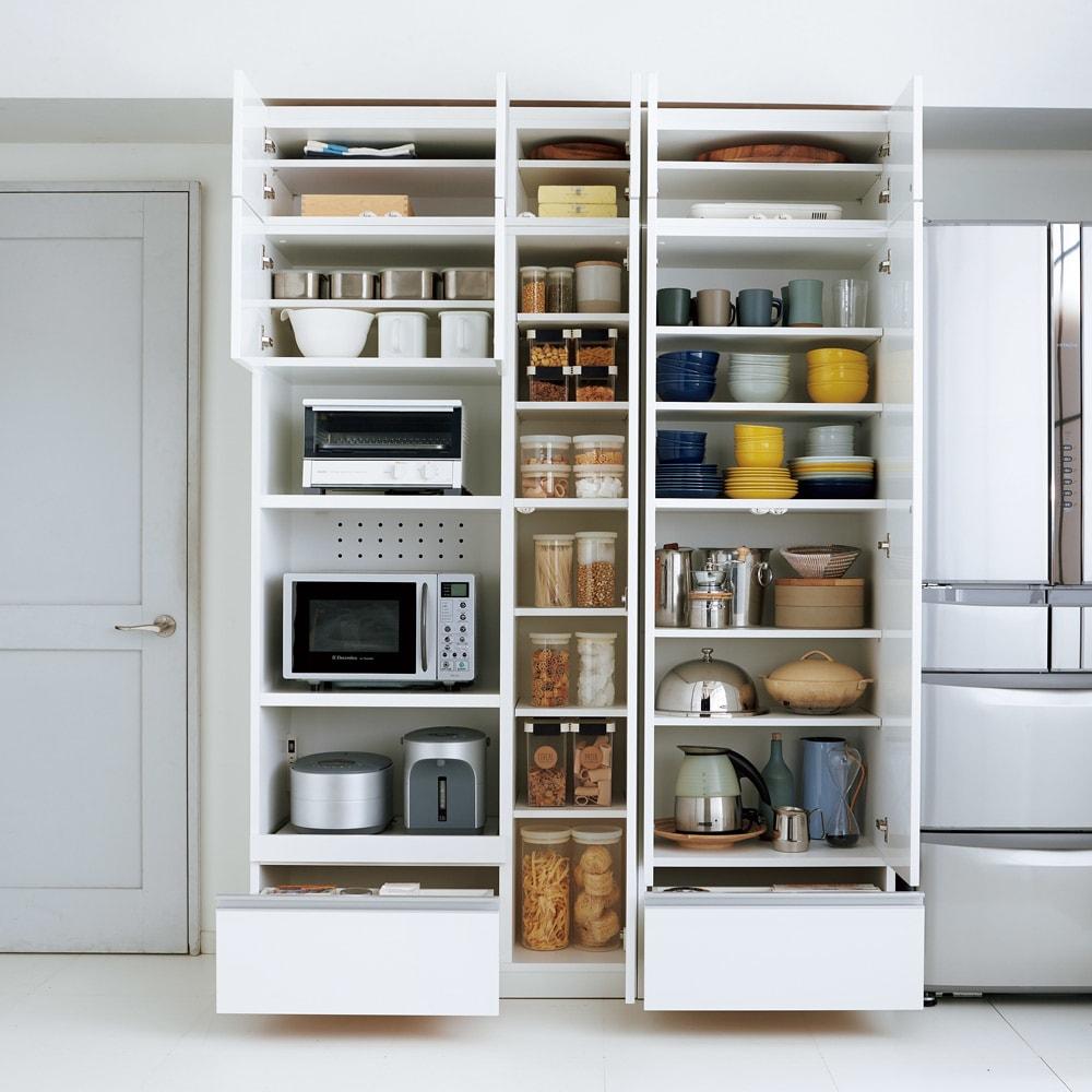 食器もストックもたっぷり収納!天井ぴったりキッチンシリーズ 食器棚 幅60cm奥行45cm 【コーディネート例】食器棚やキッチンストッカーにおすすめの収納棚です。(エ)ホワイト(光沢無地)