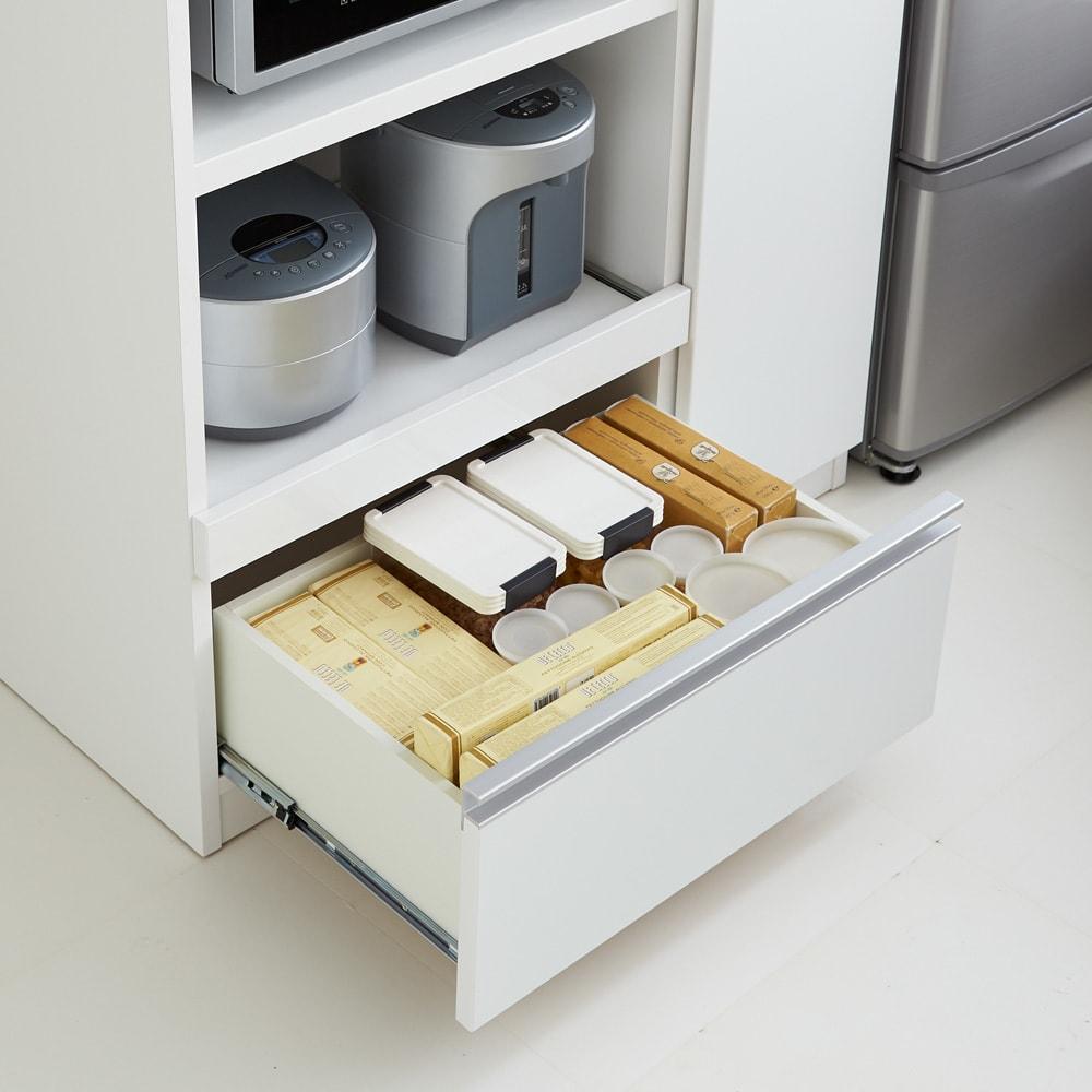 食器もストックもたっぷり収納!天井ぴったりキッチンシリーズ 食器棚 幅60cm奥行45cm 下段引出しは、調味料等の食品ストックやこまごまとしたキッチン雑貨の収納に便利。※写真はレンジボードタイプです。