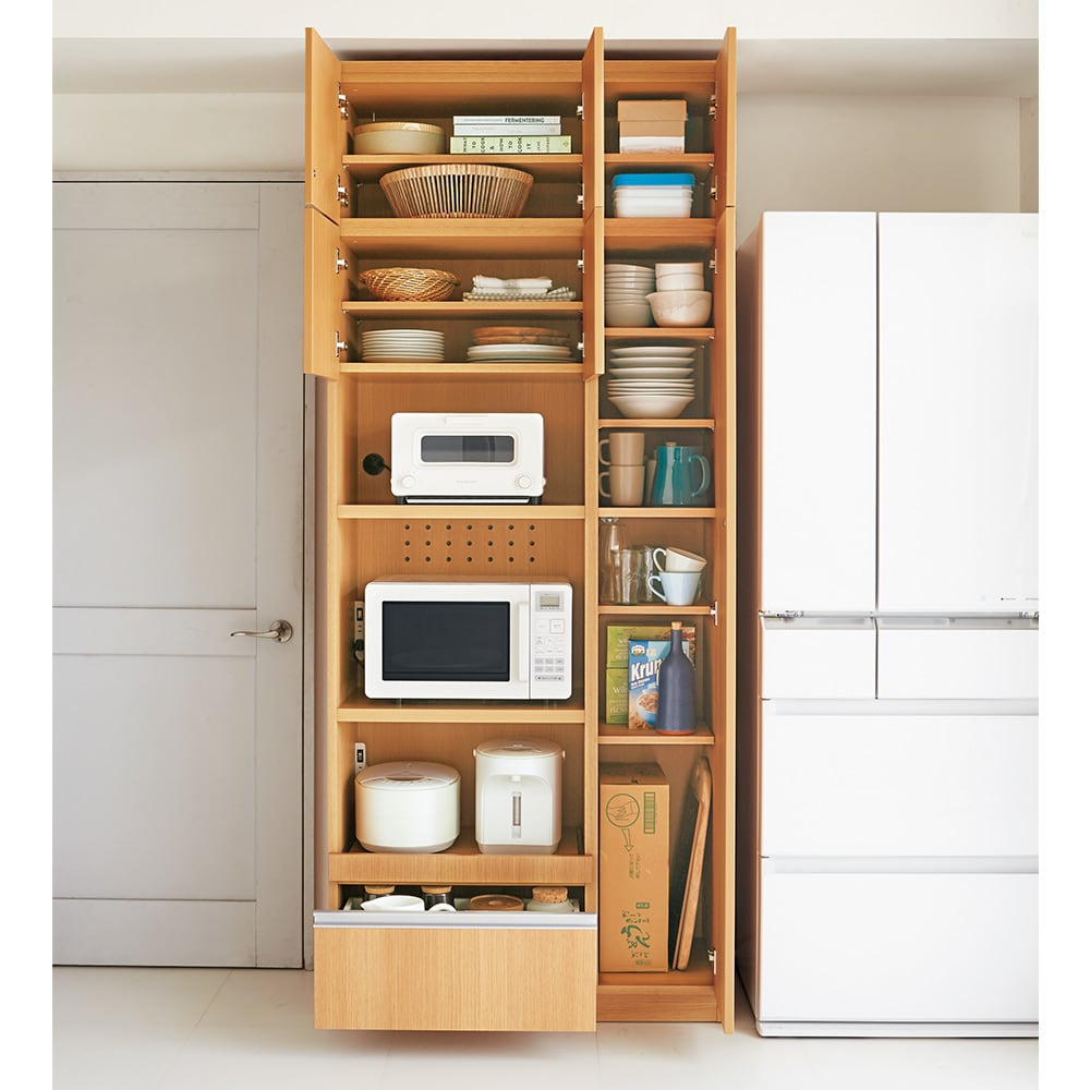 家電も食器もたっぷり収納!天井ぴったりキッチンシリーズ マルチボード 幅90cm奥行50cm 食品ストックや食器類もまとめて収納することが出来ます。 ※写真はマルチボード幅90cm+上置き幅90cmです。