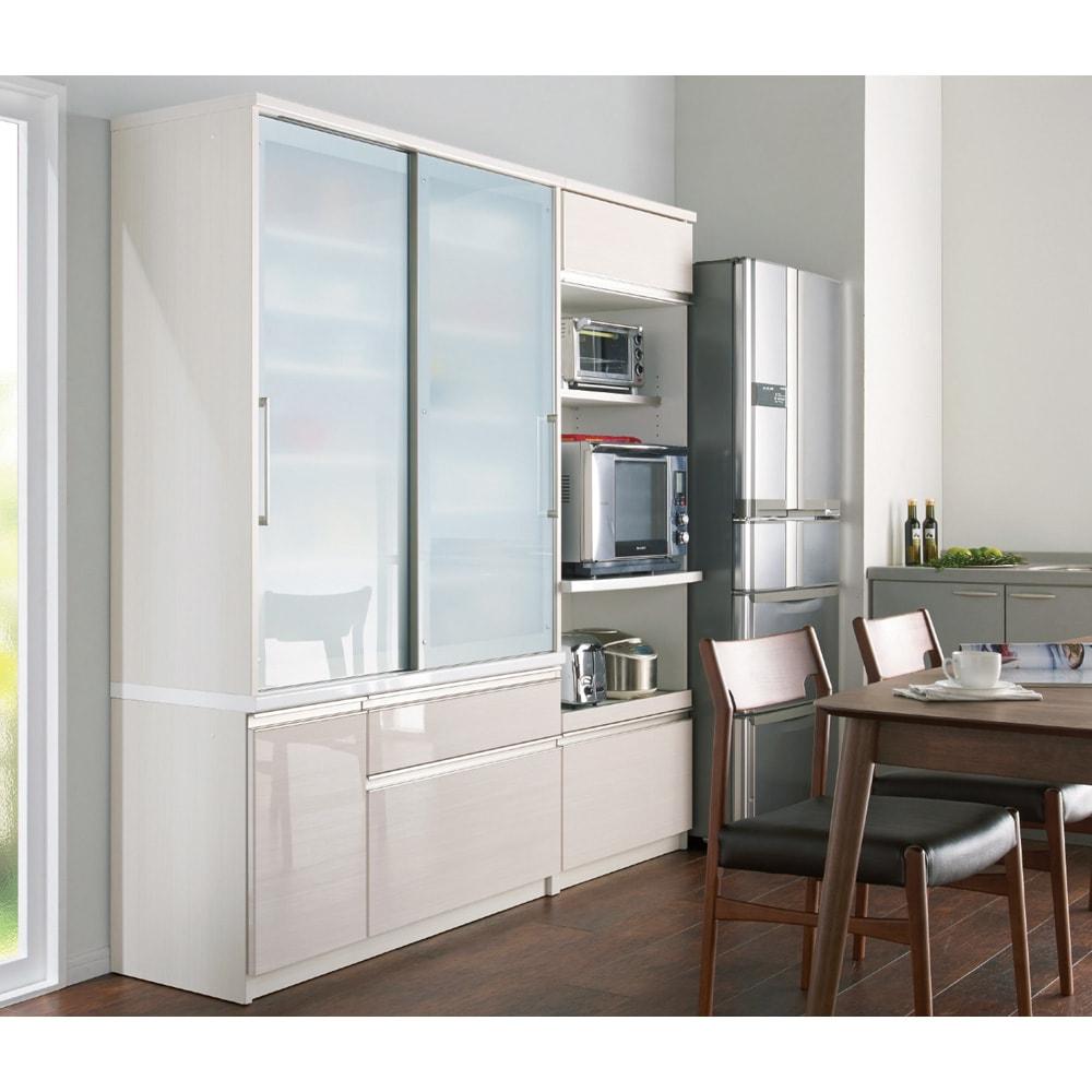 たっぷり大型引き戸収納 引き戸収納庫・幅88cm コーディネート例(ア)ホワイト木目【シリーズ商品使用イメージ】 大型でたっぷりとした州のボリュームながら、引き戸を採用し狭いキッチンやダイニングセットのそばにも設置可能。