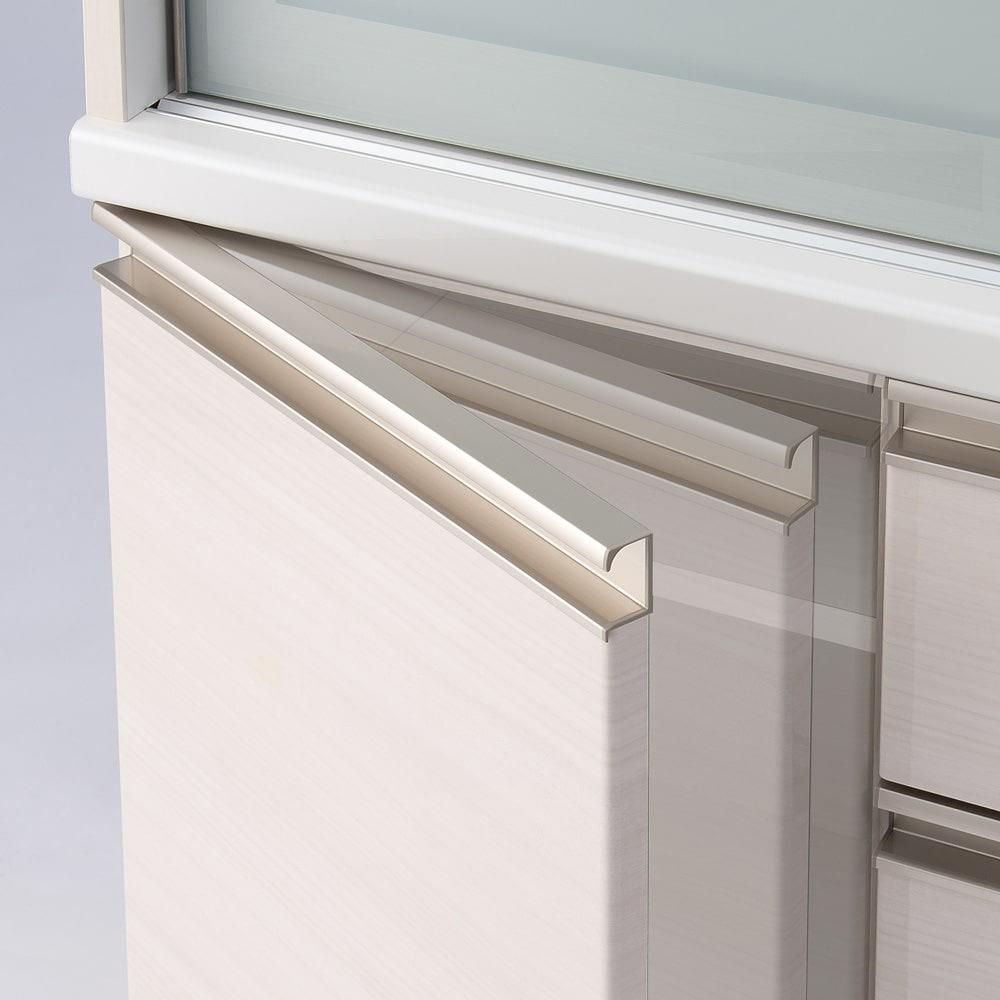 たっぷり大型引き戸収納 引き戸収納庫・幅88cm 下部開き扉にはダンパーを設置し、静かにすっくり閉まる設計に。あわただしいキッチンでもスマートに調理がはかどります。