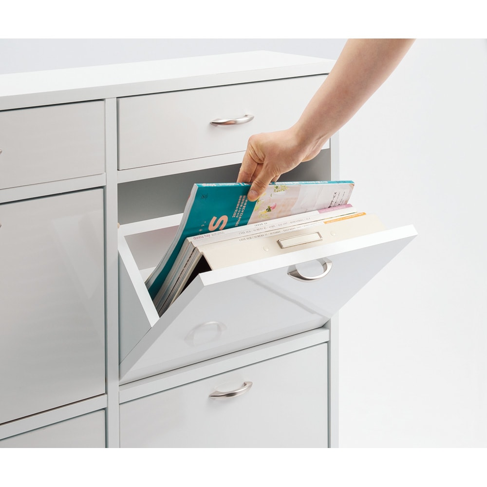 奥行19cmフラップ扉薄型収納庫 3列・幅124cm高さ85cm A4ファイルもファブリックも。薄型で出し入れしやすいフラップ扉収納は、書類や雑誌、布類などの整理に◎。