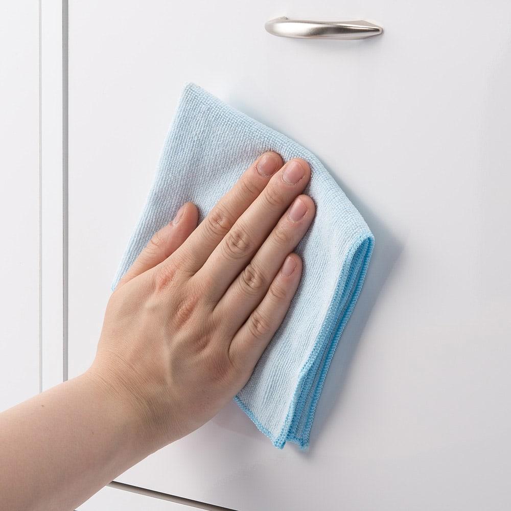 奥行19cmフラップ扉薄型収納庫 2列・幅83.5cm高さ73cm ホワイトの前板は拭き掃除のしやすい素材です。