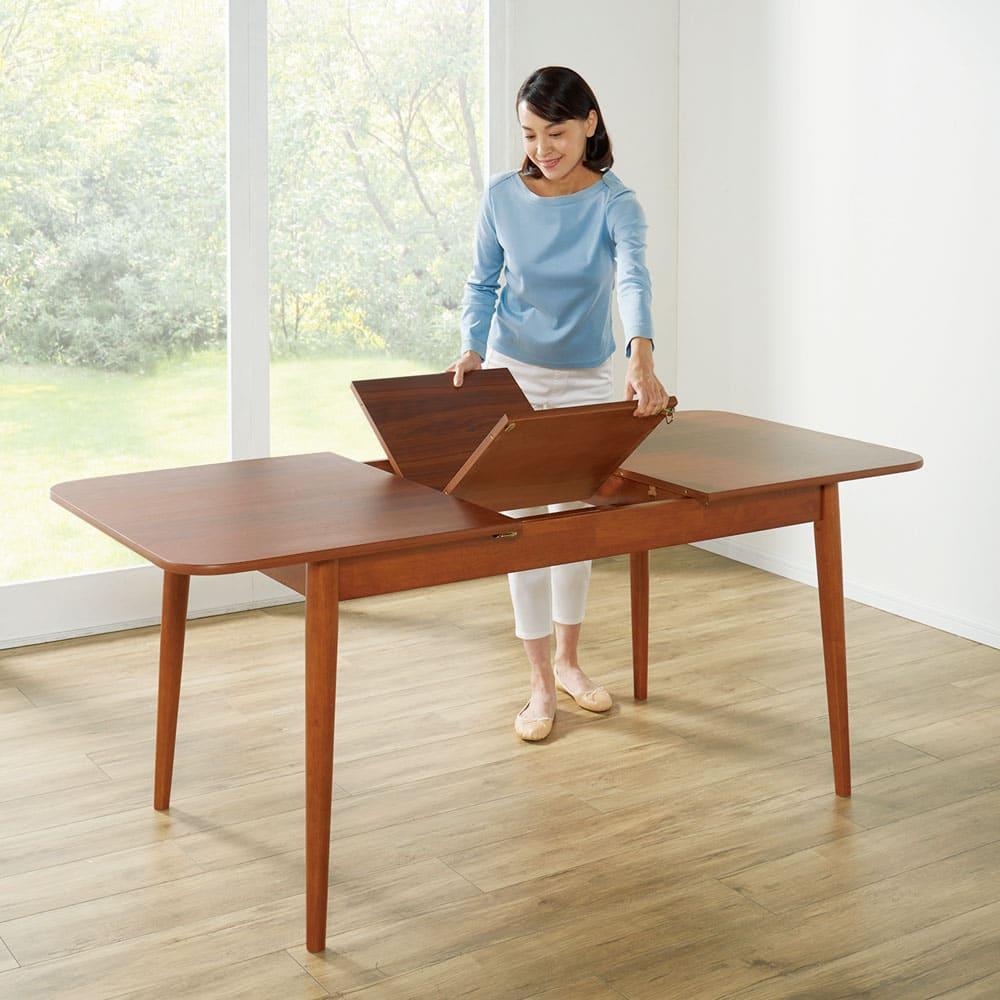 ウォールナット伸長式ダイニング ダイニングセット 伸長式テーブル お得な3点セット 伸長式テーブル・幅110・150cm+ファブリック回転チェア2脚組 両端を引き、中央の天板を広げて伸長します。