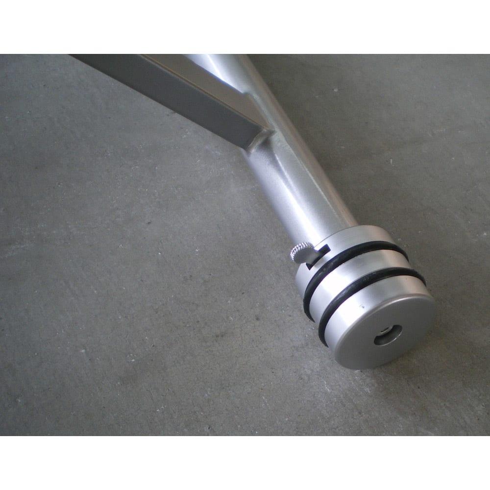 伸長式ガス圧昇降テーブル 幅120(天板110)cm 脚部のキャスターで前後移動がスムーズに。キャスター2つにストッパーが付いているので、使用時に固定もできて安心です。