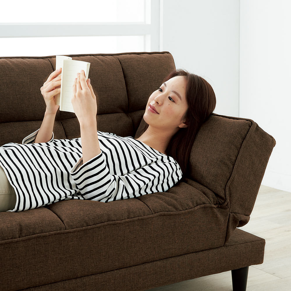 くつろぎ方は自由自在!4WAYソファベッド 幅170cm ゴロ寝の時は肘掛けを起こして枕代わりに。