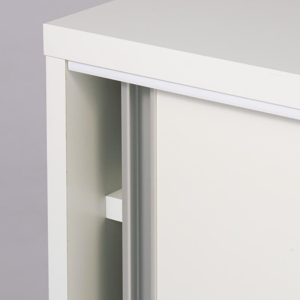 ソファ後ろ引き戸収納ラック 幅120cm 開け閉め軽々の引き戸。取っ手はシンプルなデザイン。