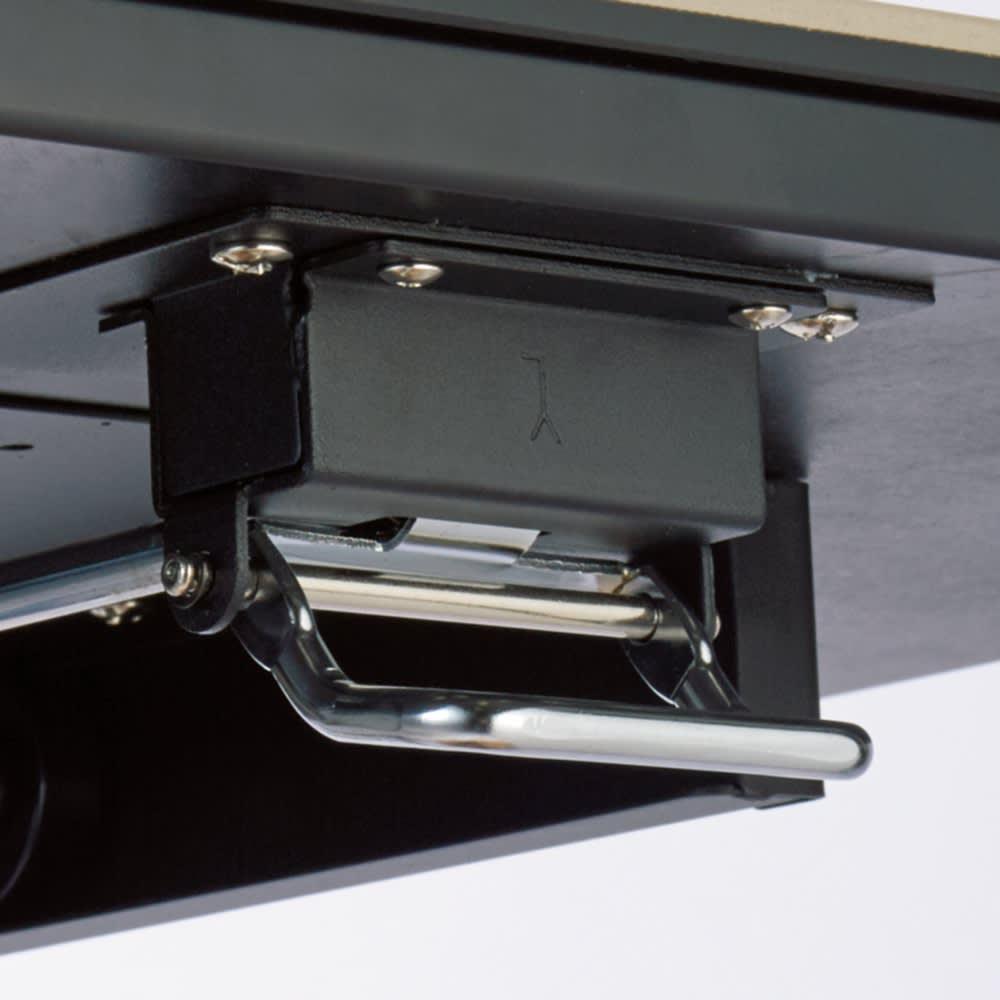 セラミック天板昇降リビングテーブル サイドのレバーで高さを調節。
