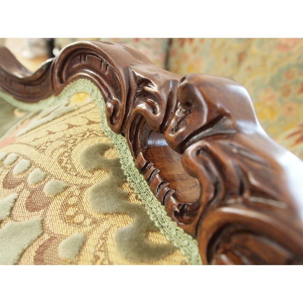 イタリア製 花柄が艶やかな金華山織張 クラシックDXソファ シングル(1人掛け) 背もたれトップの彫りも、しっかりとエレガントに仕上げています。