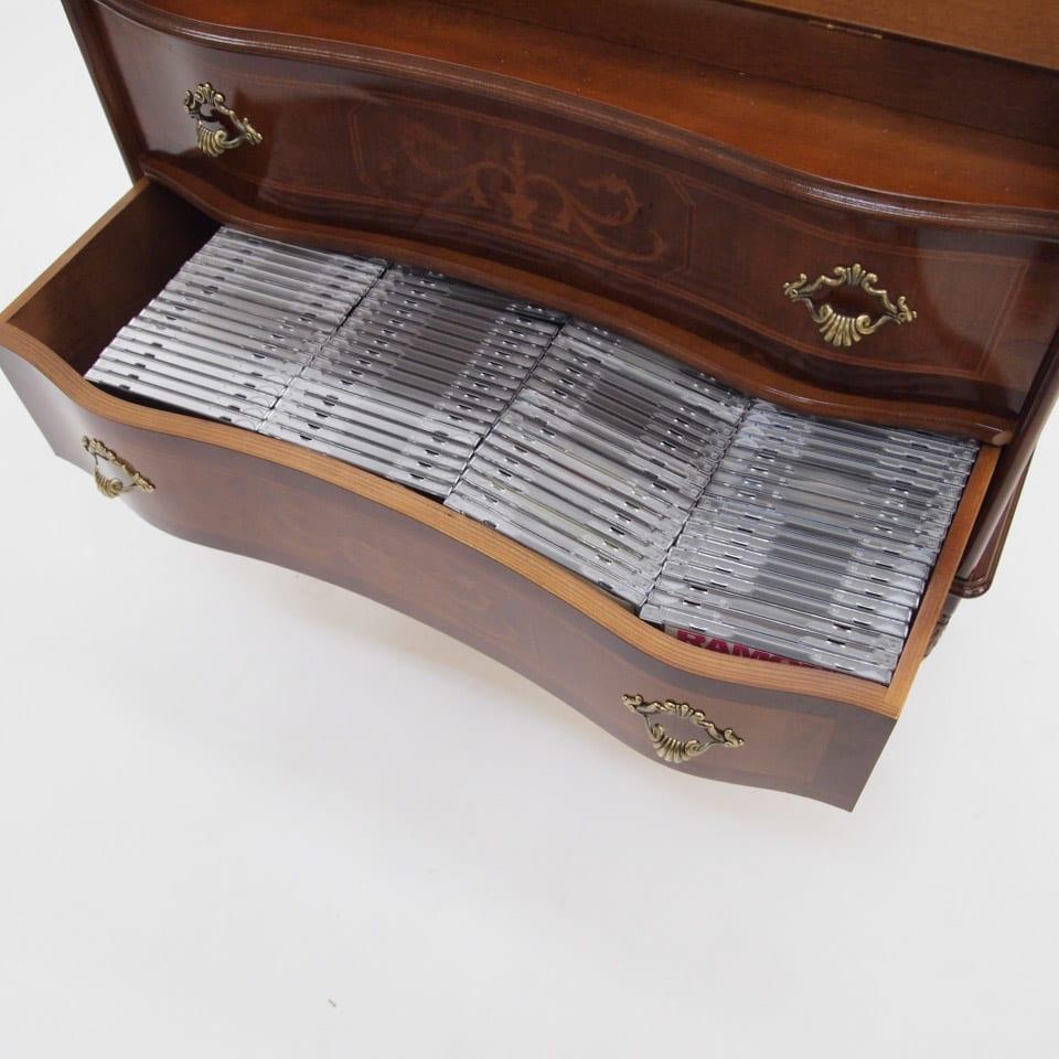 イタリア製象がん収納家具 ライティングデスク(パソコンデスク) CDは横にして収納することが可能な内寸高さ。1杯の引出しに1cm厚のCDが約20枚×4列=約80枚ほど収納可能。意外に大容量収納。