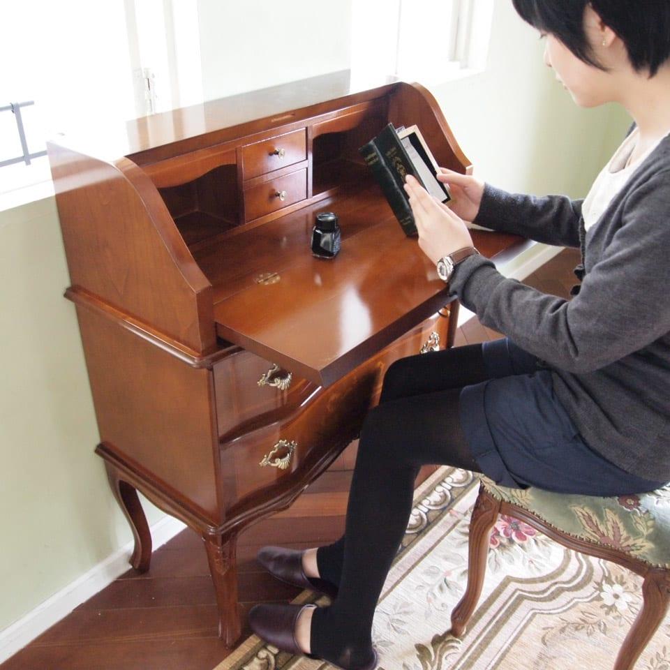 イタリア製象がん収納家具 ライティングデスク(パソコンデスク) 天気のいい午後のティータイムにぴったり。読書のお供に使えるデスクです。(モデル伸長158cm)