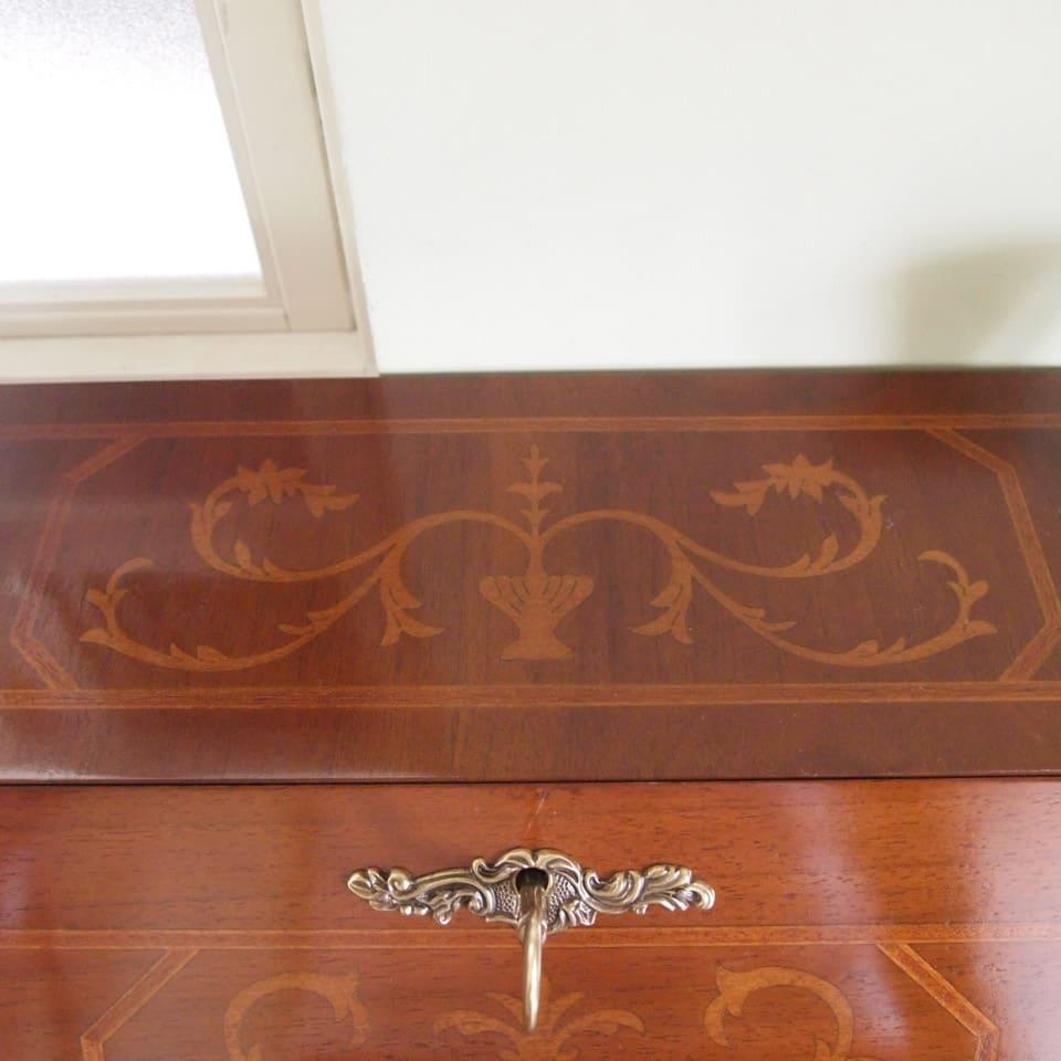 イタリア製象がん収納家具 ライティングデスク(パソコンデスク) 最上部にも象嵌が施されています。美しいので、物を上に置くのもためらわれます。