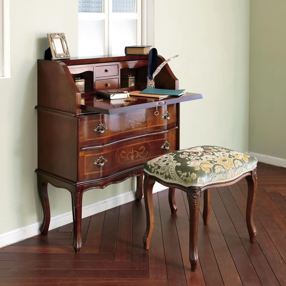 イタリア製金華山織シリーズ スツール 脚部の彫り、生地の美しさ。置くだけでお部屋が華やぐスツールです。 ※お届けはスツール単体となります。