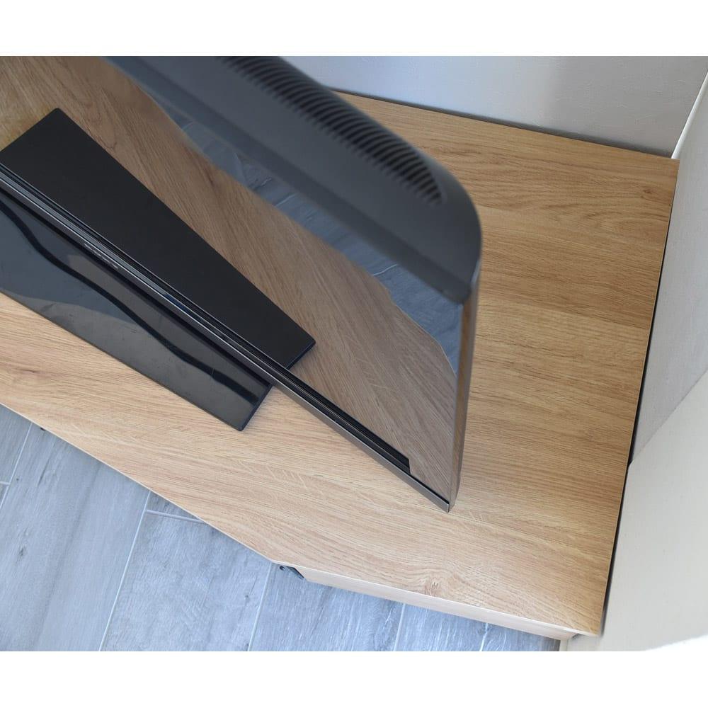 住宅事情を考えた天然木調コーナーテレビ台 右コーナー用 幅165cm テレビの角度を調節してもテレビが天板からはみ出ません。