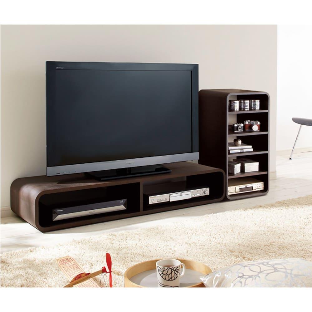 曲面加工のラウンドシェルフシリーズ テレビ台1段2連 幅120cm 高さ34cm脚付きタイプ テレビ台としての使用イメージ。 ※写真は脚なしタイプです。