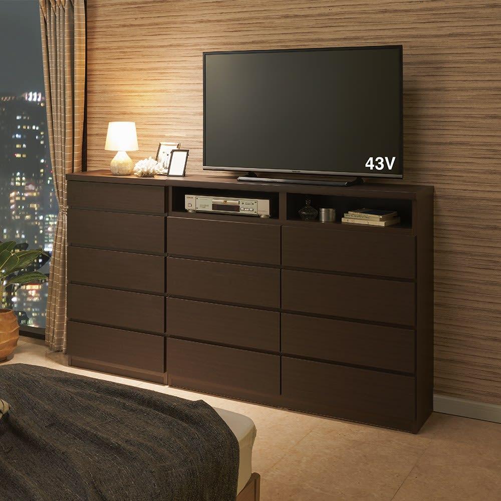 ベッドから見やすいテレビボードシリーズ 薄型サイドチェスト 4段・高さ79cm 色見本(ア)ダークブラウン 奥行30cmの省スペース設計なので、寝室置きに適しています。