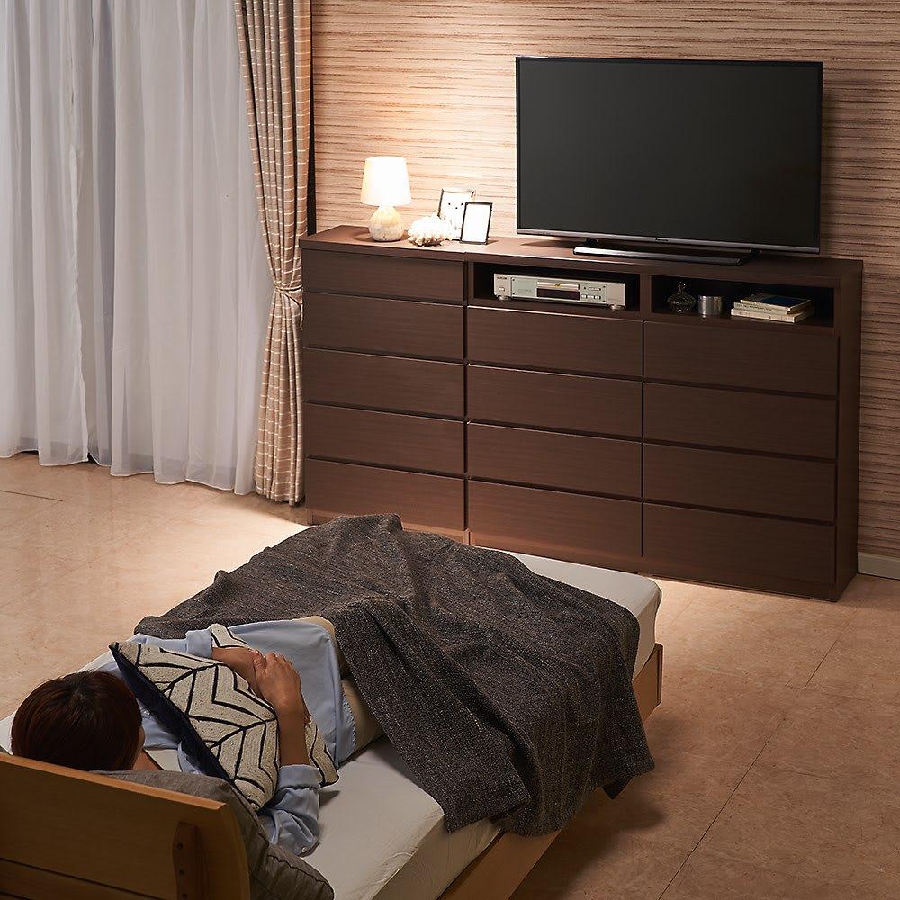 ベッドから見やすいテレビボードシリーズ 薄型サイドチェスト 5段・高さ97cm コーディネート例(ア)ダークブラウン